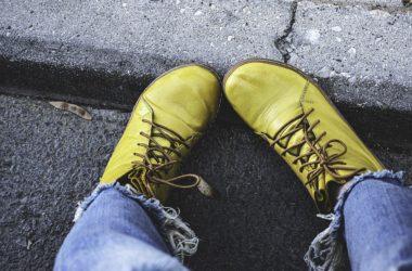 Kotníkové šněrovací boty jsou trendem. Jak je nosit?